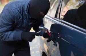 Совершение кражи из автомобиля