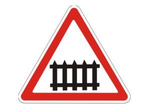 Дорожный знак железнодорожный переезд со шлагбаумом
